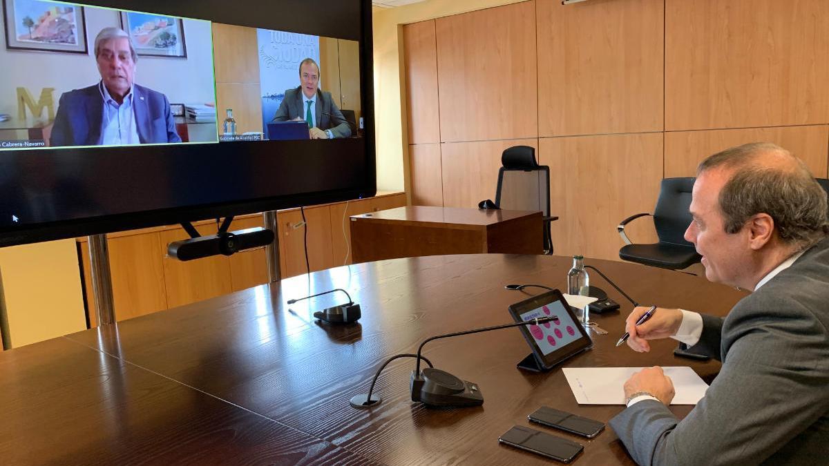 Augusto Hidalgo durante su videoconferencia con Pedro Cabrera