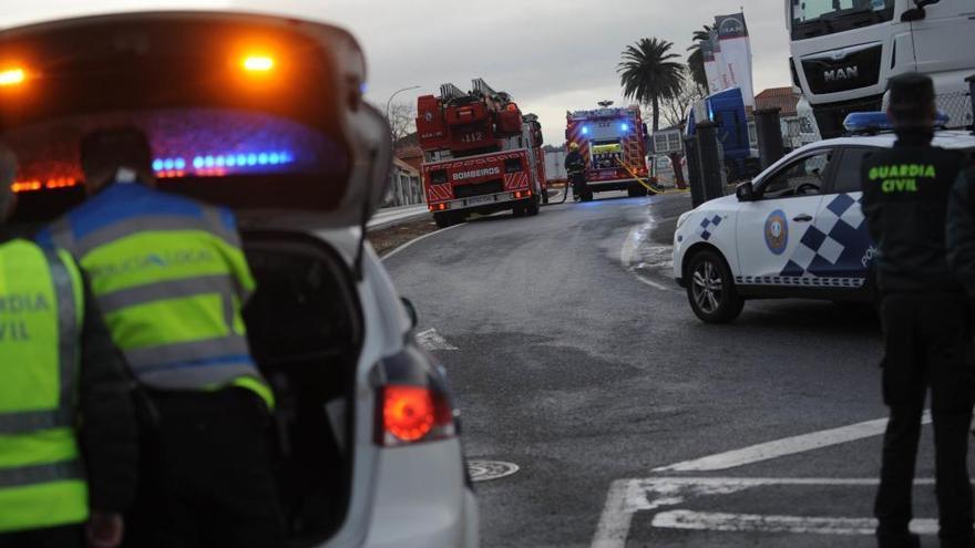 Incendio en una nave de camiones MAN en Iñás