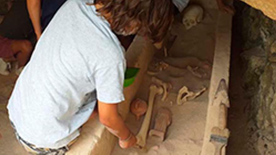 Dalt Vila, Necròpolis i taller infantil