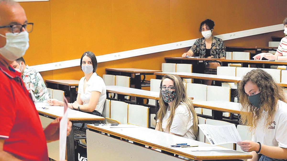 Un profesor vigila un examen de la EBAU durante la convocatoria del pasado año.