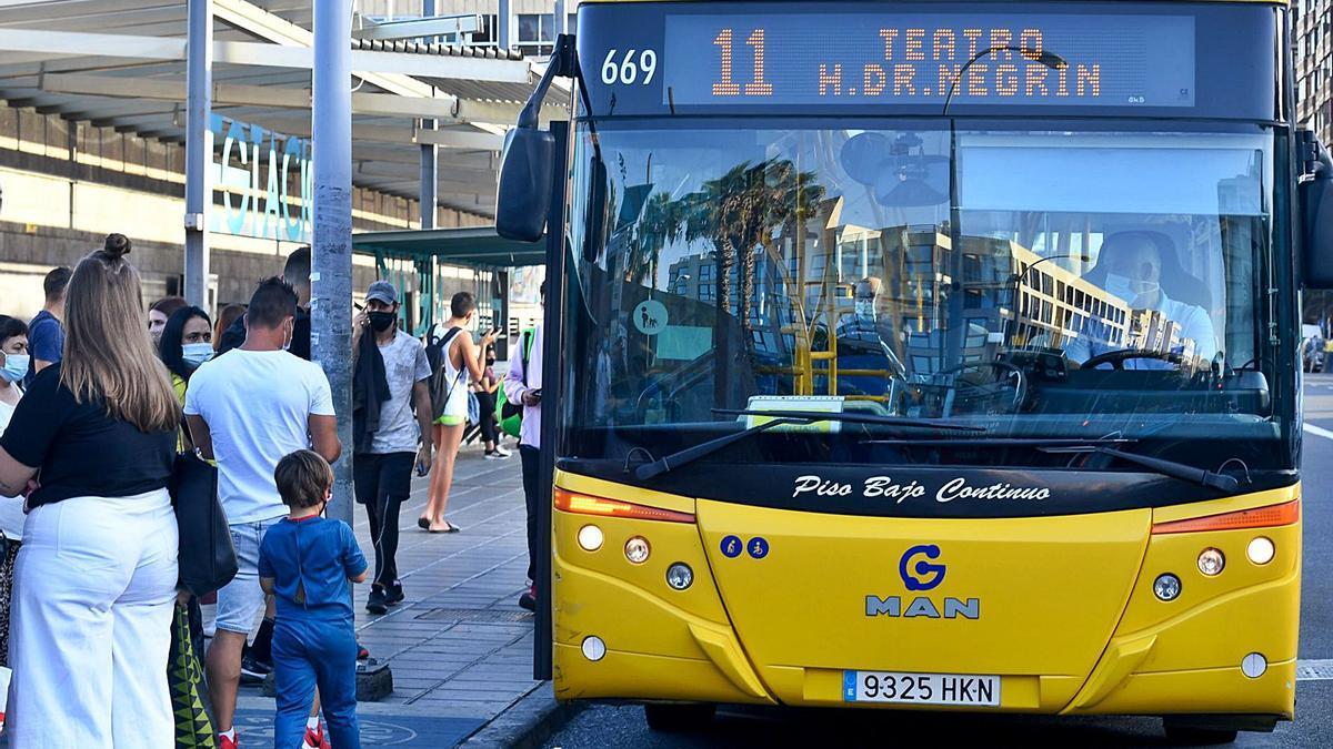 Una guagua de la compañía recibe a pasajeros en la parada de San Telmo.