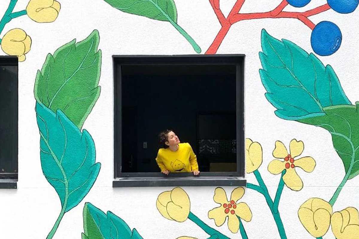 """Doa Ocampo Mural """"Rosa canina"""" en un edificio de Feriza"""