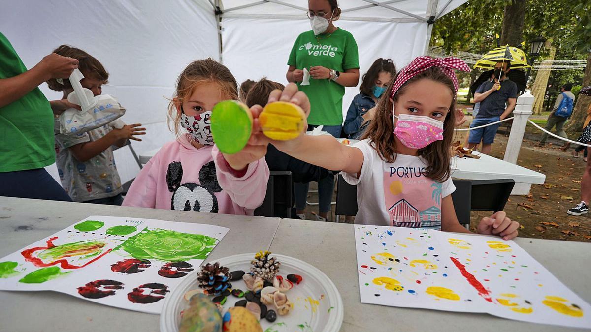 Por la izquierda, Anna Rouzaud y Claudia Díaz, ayer, en las actividades infantiles del Campo.   Irma Collín