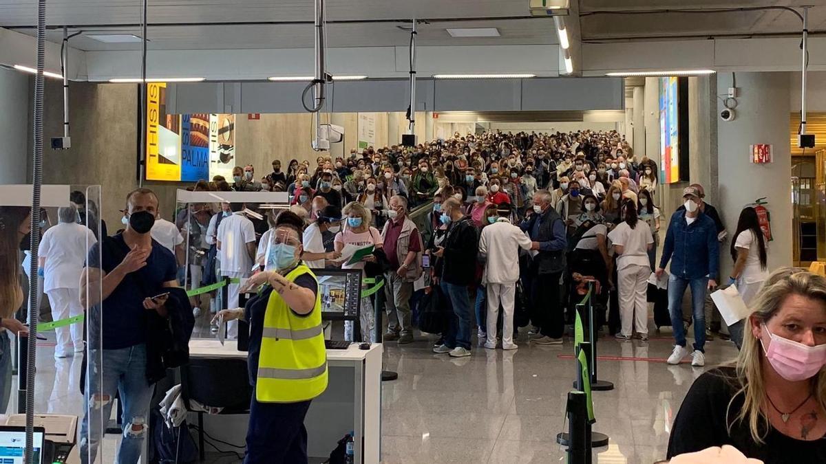 Aglomeración de pasajeros durante, según Aena, el fin de semana pasado, en el aeropuerto de Palma .
