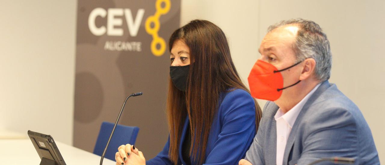 La consellera Carolina Pascual y el presidente de la CEV, Salvador Navarro, hoy.