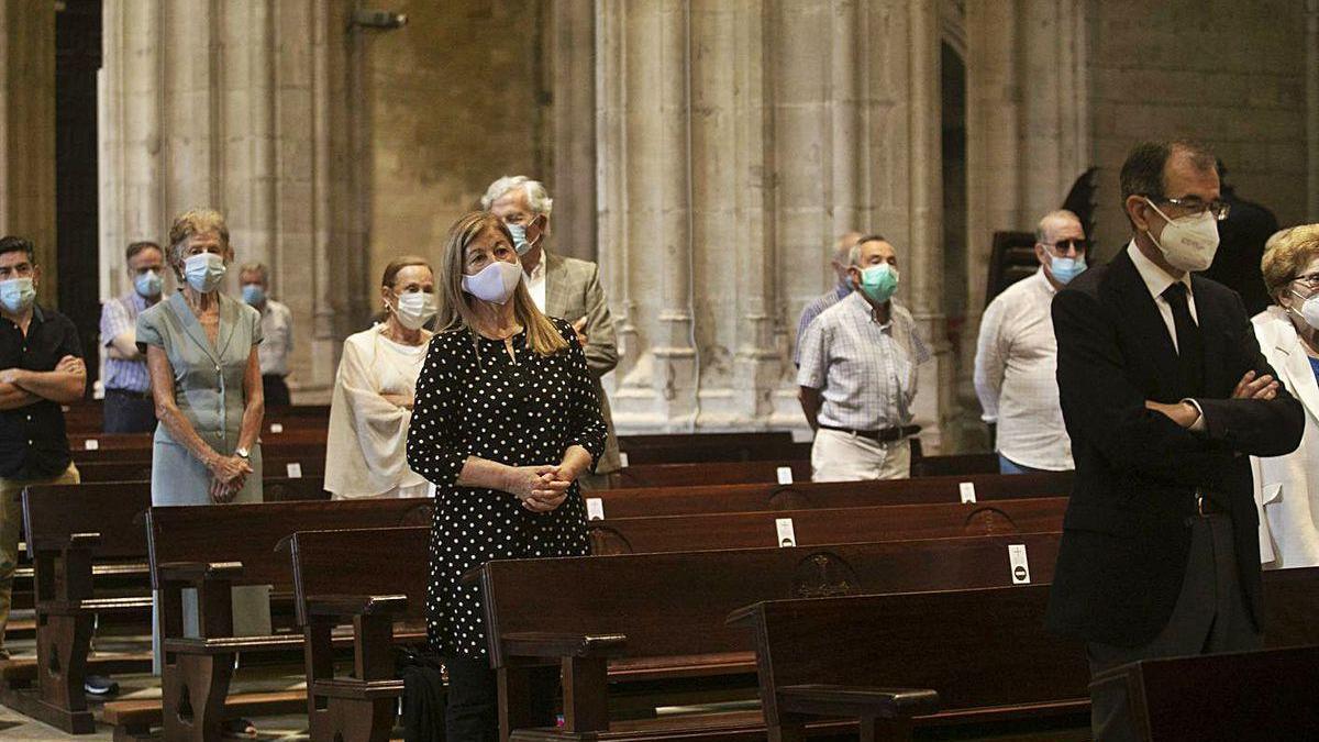 Asistentes al funeral por José Luis González Novalín en la Catedral. En el centro de la imagen, la escritora María Teresa Álvarez, y detrás, Santiago Menéndez de Luarca.