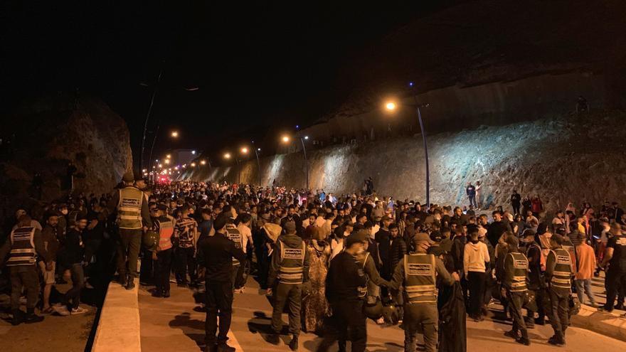 Miles de personas cruzan de Marruecos a Ceuta a nado o en balsas precarias
