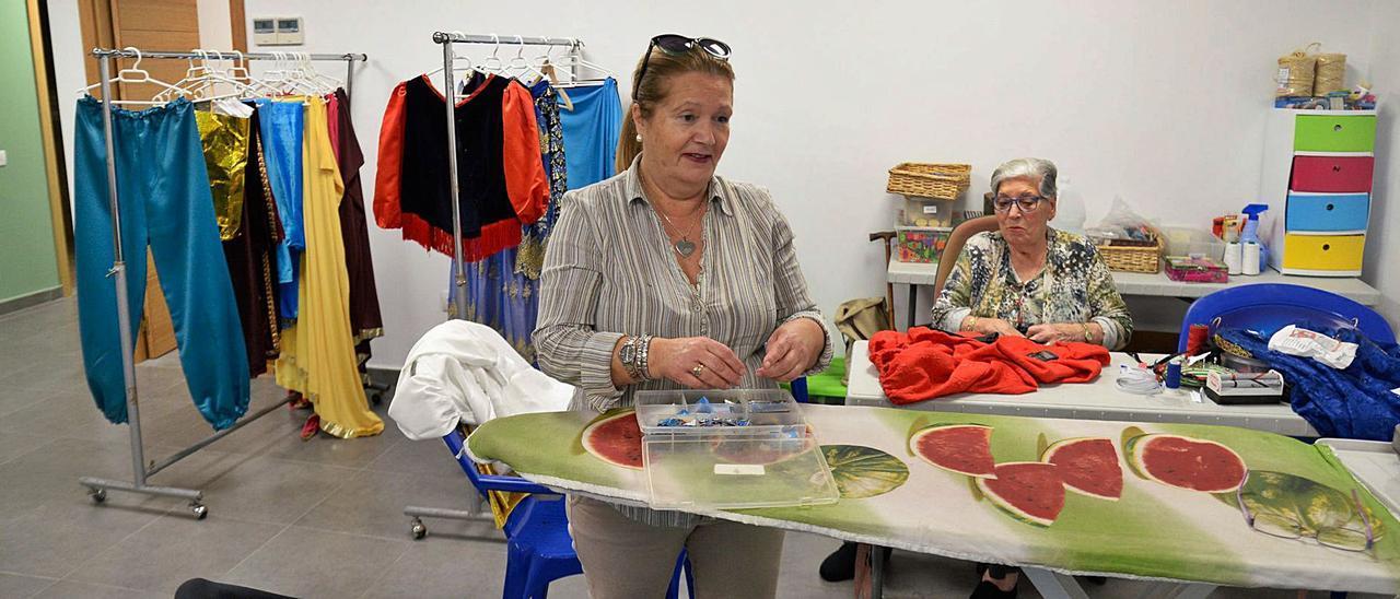 Dos voluntarias remiendan los trajes de sus majestades los Reyes Magos en el taller de costura de la Casa de Galicia en el año 2018, antes de las mascarillas.