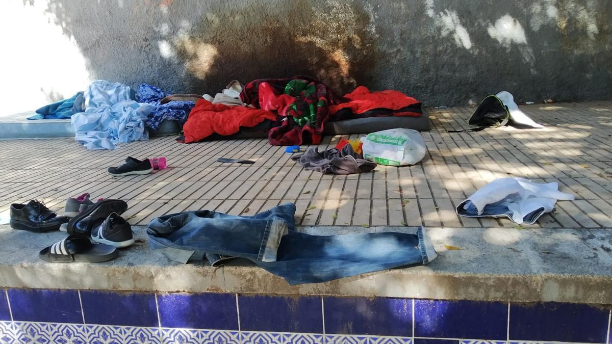 Enseres de una persona sin techo en la plaza de Orán.