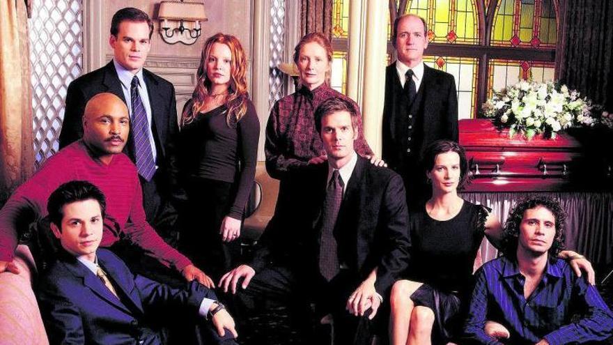 La familia Fisher y aledaños, en una imagen de la serie que ahora cumple 20 años.   HBO