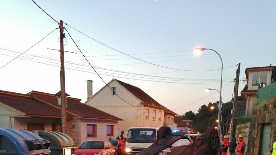 Herida leve tras volcar su coche después de colisionar contra otros tres en Moaña