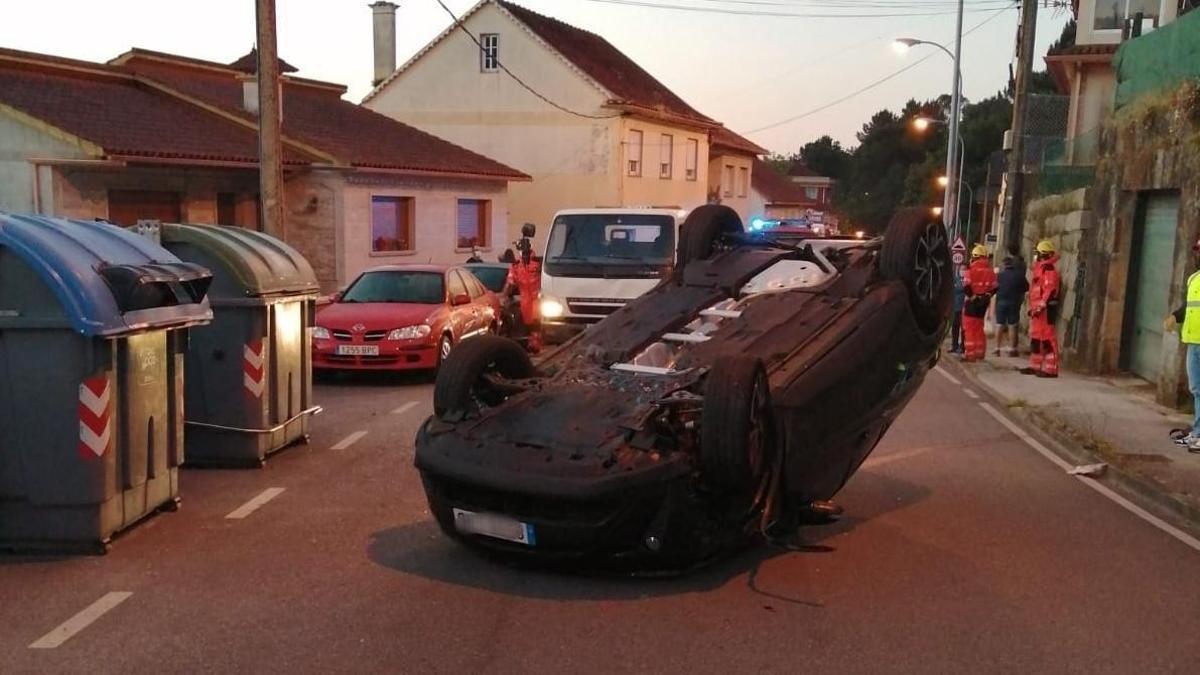 El coche volcado en la carretera en A Paradela.