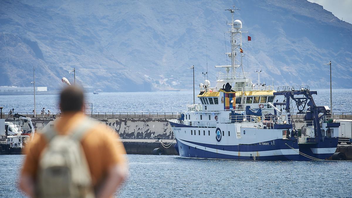 Un hombre observa al buque oceanográfico 'Ángeles Alvariño'.