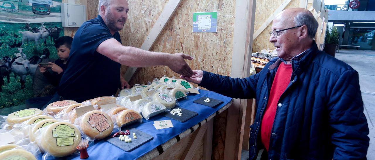 Uno de los queseros participantes en la edición de 2019, en plena venta en el pabellón de La Magdalena.