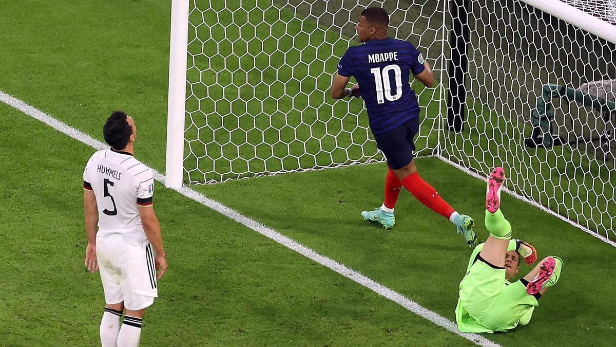 Mbappé celebra el gol de Hummels en su propia portería.