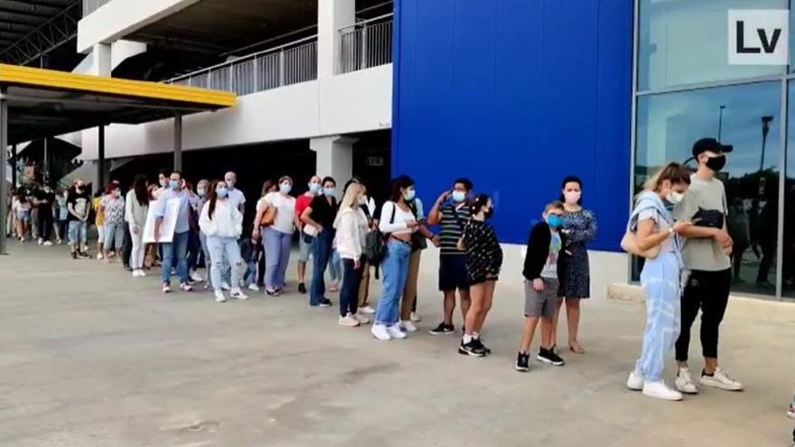 Largas colas tras anunciar que Ikea abre el domingo en València