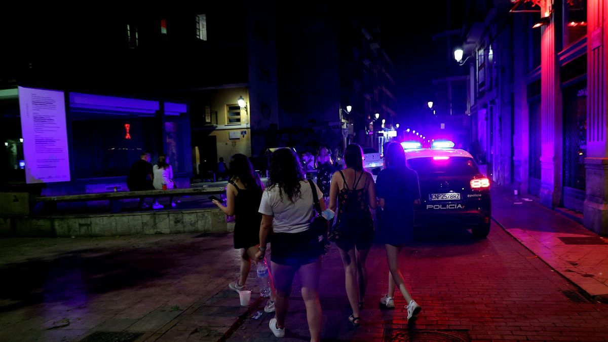 Jóvenes incumpliendo el toque de queda en València.