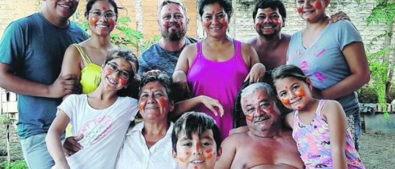 En el centro, Francisco Méndez y su esposa Angie Mendoza junto a sus hijos y su familia boliviana.