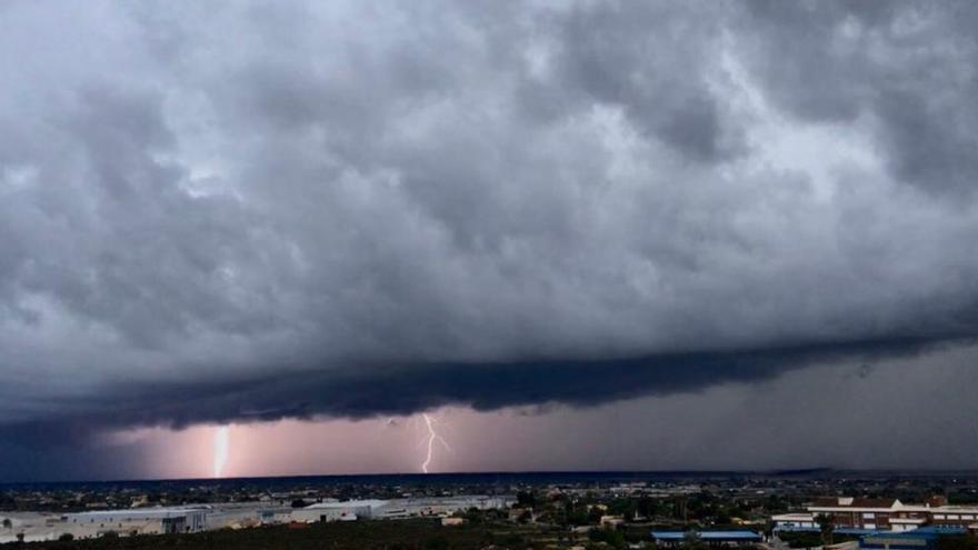 Una sucesión de tormentas descarga 400 rayos sobre la provincia de Alicante la pasada madrugada