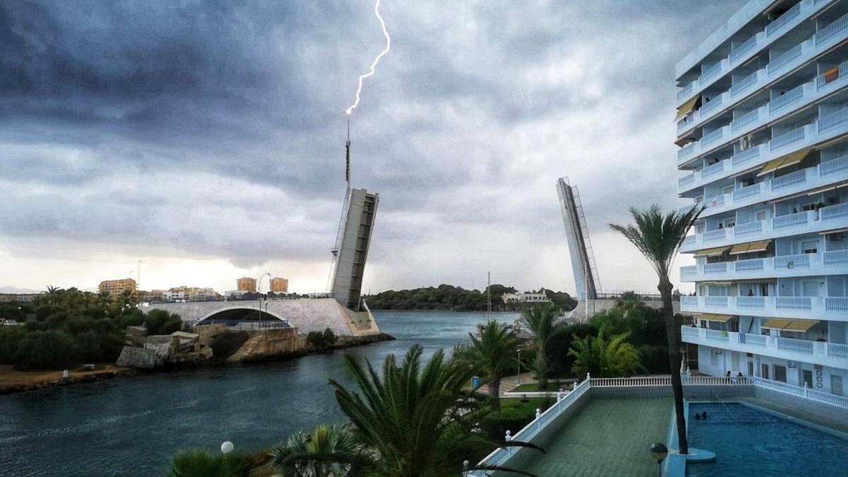 La imagen del puente al caer el rayo.