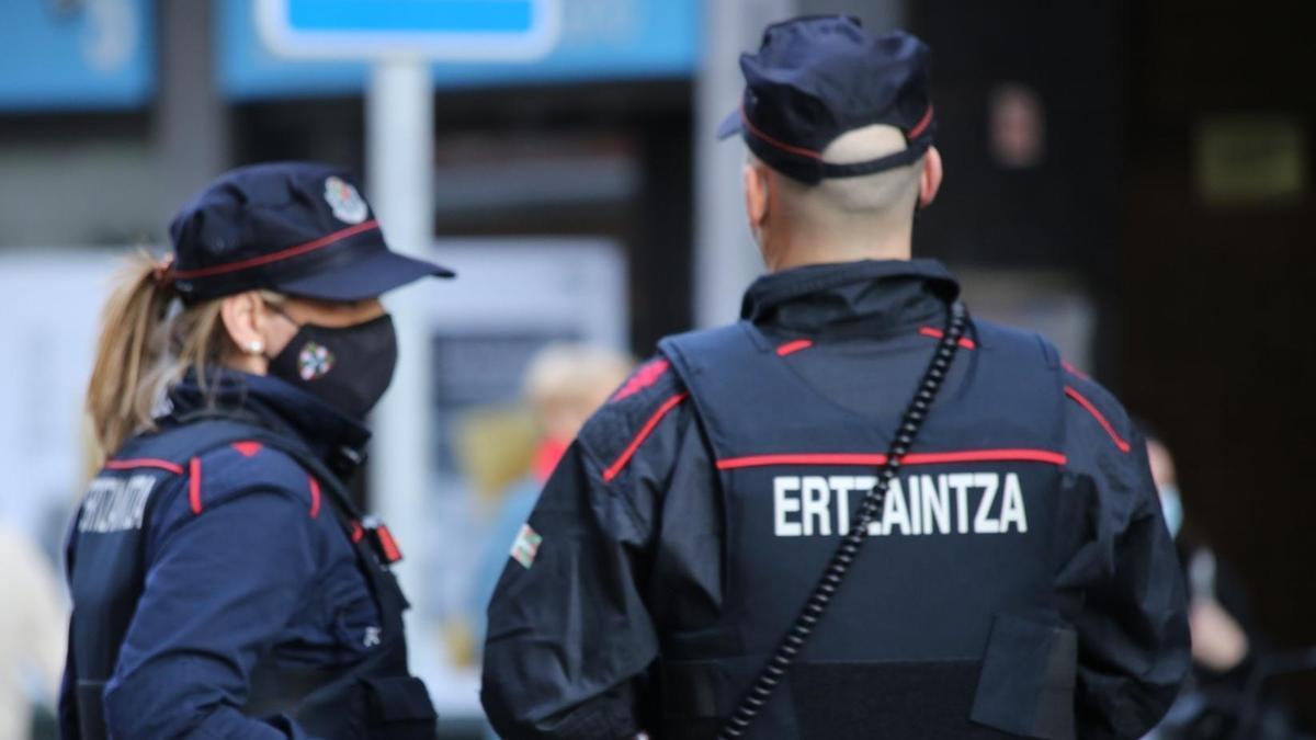 Dos agentes de la Ertzaintza en una imagen de archivo.