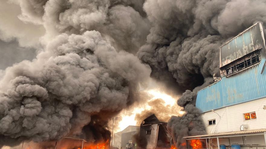 Así trabajan los bomberos para intentar sofocar las llamas del incendio de la fábrica de San Vicente