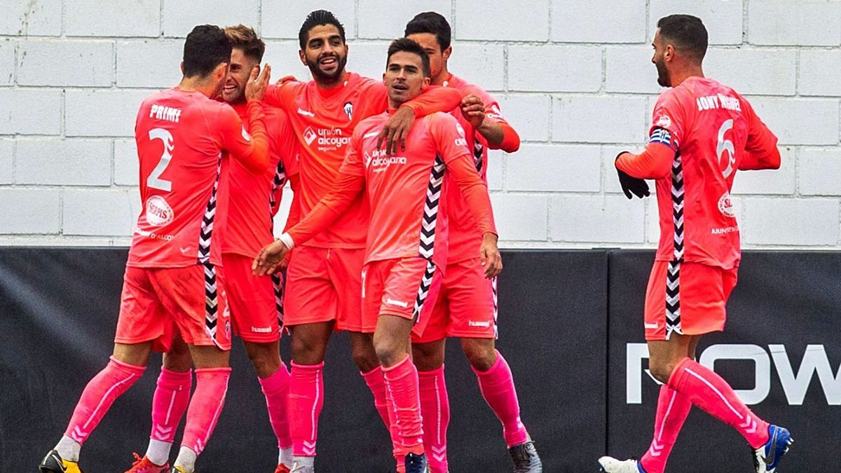 The Alcoyano players celebrate Jona's goal that gave the three points against Mestalla.  |  VCF