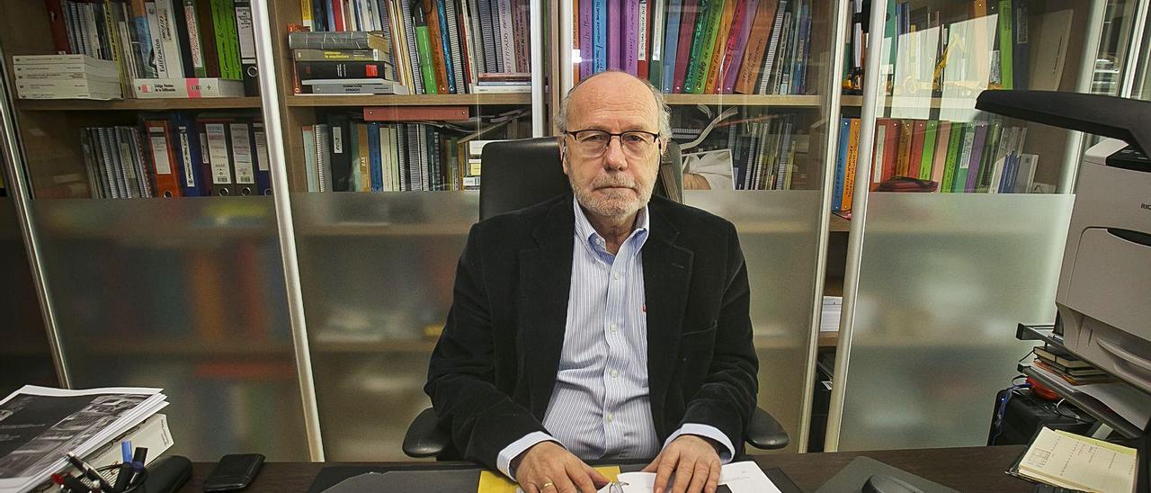 Florentino Regalado, en su despacho del estudio de ingenieros que fundó y al que sigue acudiendo pese a estar jubilado.