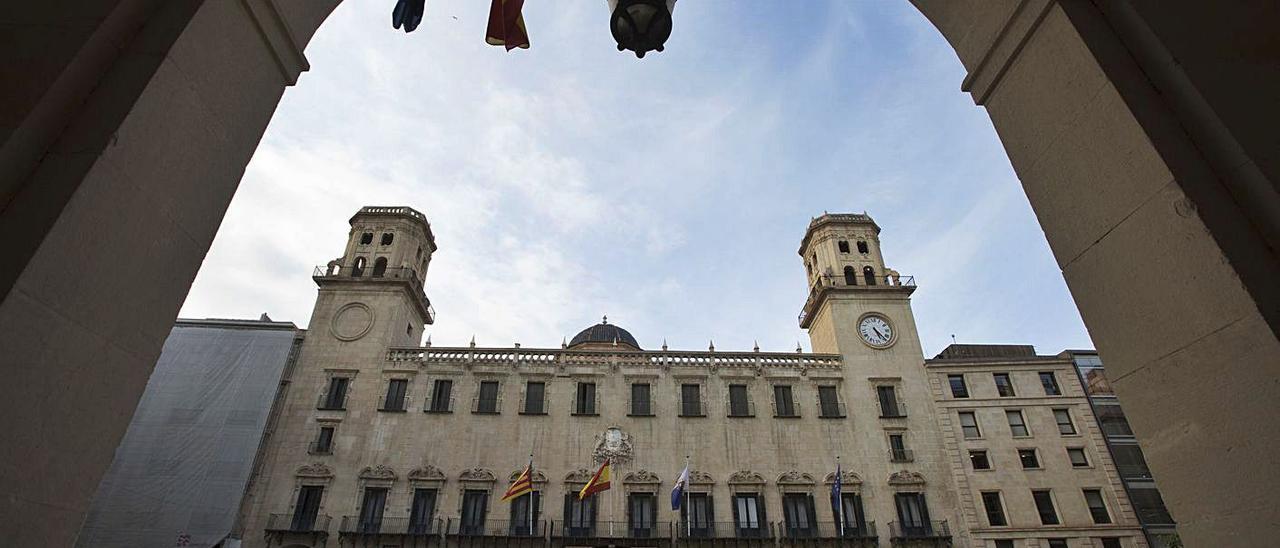 Fachada principal del Ayuntamiento de Alicante, desde el acceso principal de la Audiencia.