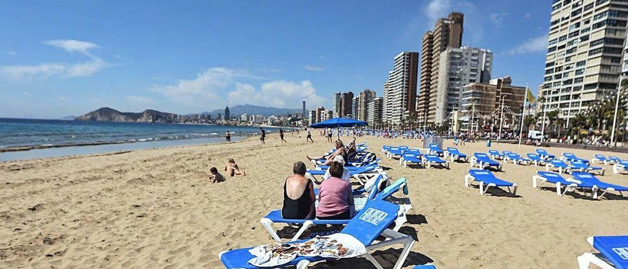 La distribución de las hamacas en las playas, un galimatías este verano.