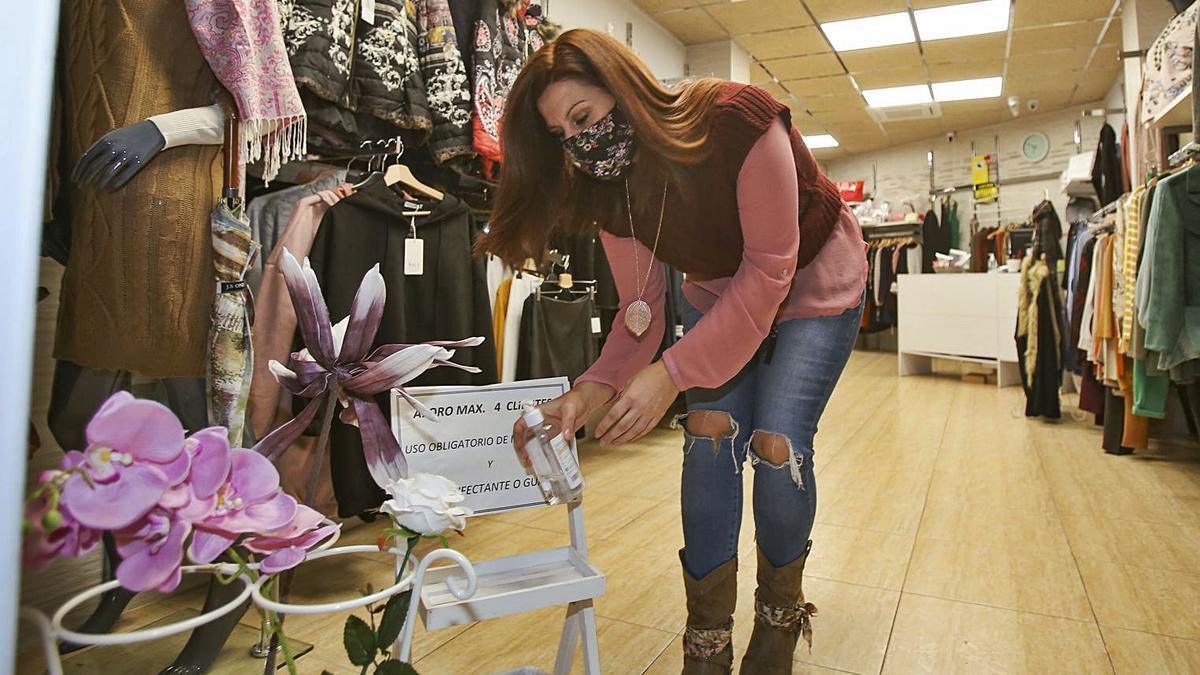 María Peñalver montó la  tienda de ropa   en julio. MANUEL R.SALA