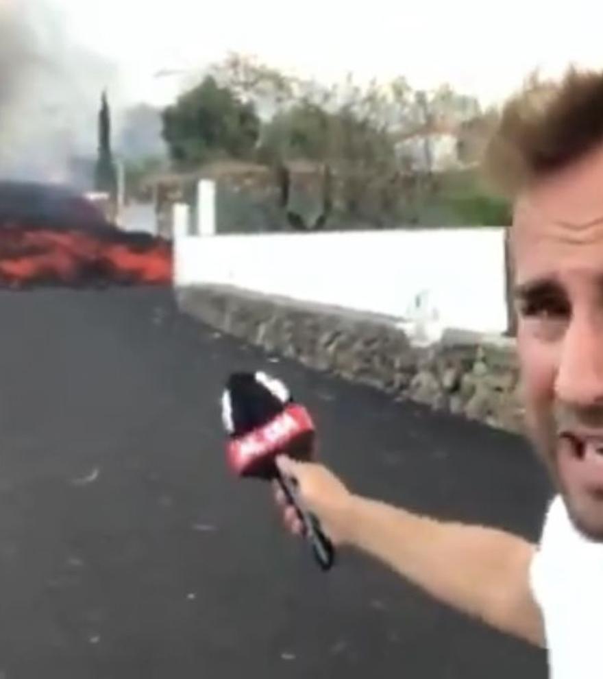La impactante imagen de Piqueras y el reportero Alejandro Rodríguez a diez metros de una lengua de lava
