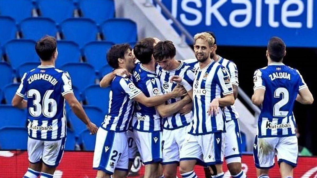 Los jugadores de la Real Sociedad celebran uno de sus dos goles del domingo al Granada.