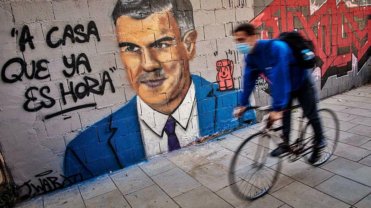 Un grafiti del artista J. Warx en València con Pedro Sánchez y la frase «A casa que ya es hora». | EFE/BIEL ALIÑO