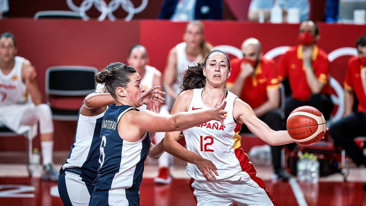 Maite Cazorla in an action against Alexia Cherterau in the match between Spain and France in the quarterfinals of the Tokyo Games