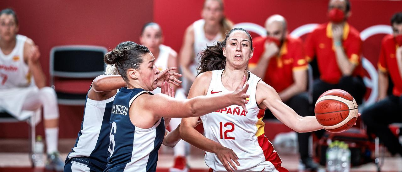 Maite Cazorla en una acción ante Alexia Cherterau en el partido entre España y Francia de cuartos de los Juegos de Tokio