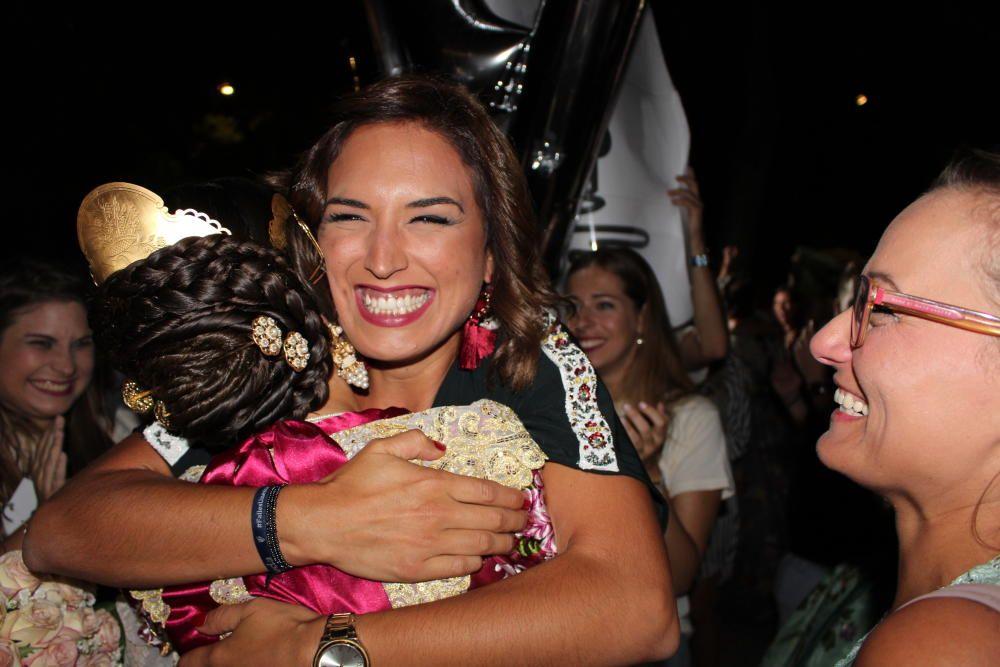 Alicia Moreno, fallera mayor de 2016, se abraza a una de las elegidas