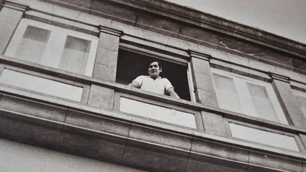 El antiguo trabajador se asoma por una ventana de la parte alta del edificio del cine París.     // LA OPINIÓN