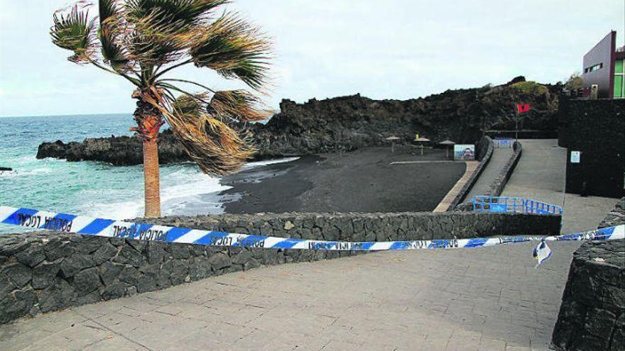 Herido al caer a una zona rocosa en la Playa de Los Cancajos