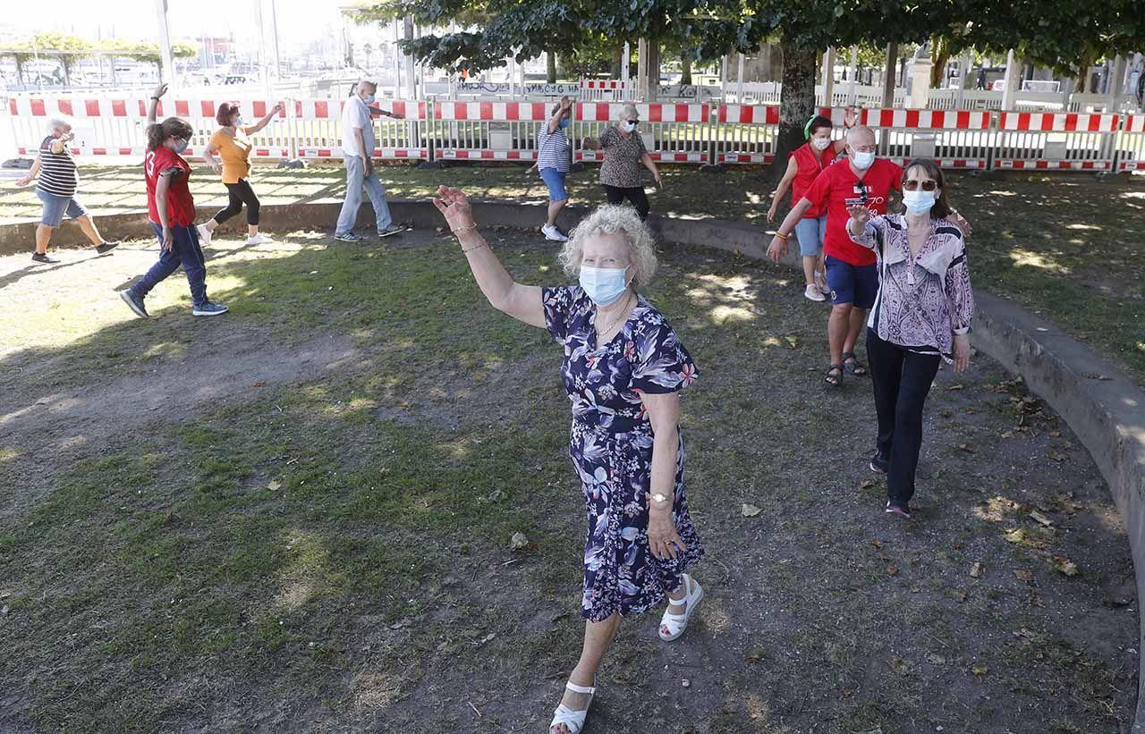 Taller de gimnasia para mayores de Cruz Roja en los jardines de Montero Ríos.     PABLO HERNÁNDEZ (9).jpg
