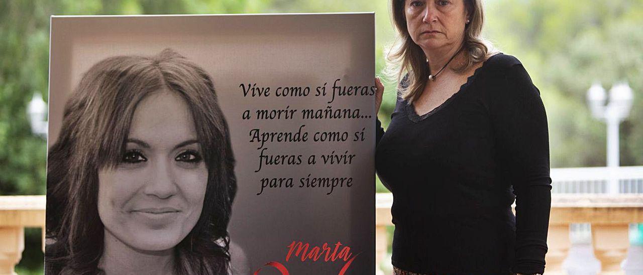 Marisol Burón posa con un retrato de su hija Marta, el día que se cumplía un año del asesinato.