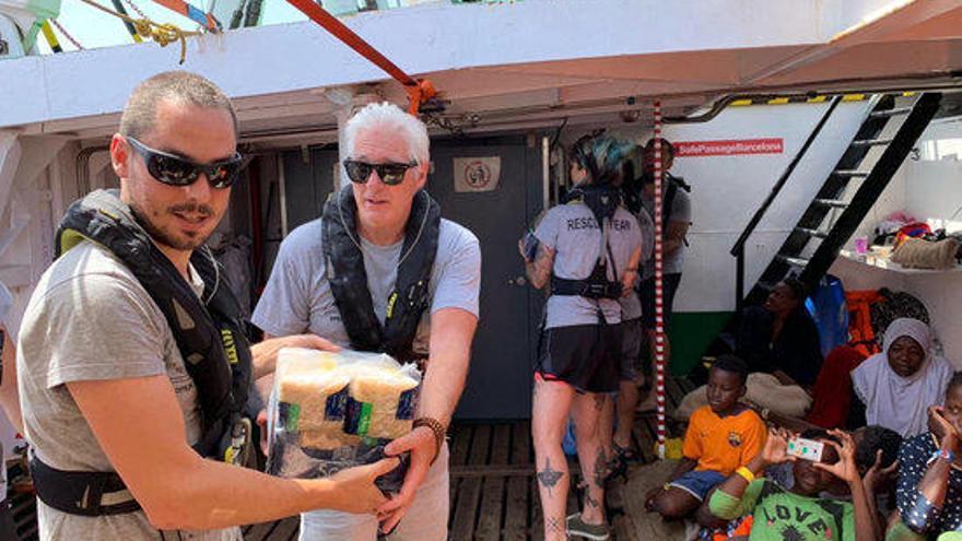L'actor Richard Gere porta provisions a l'Open Arms, amb 121 rescatats a bord