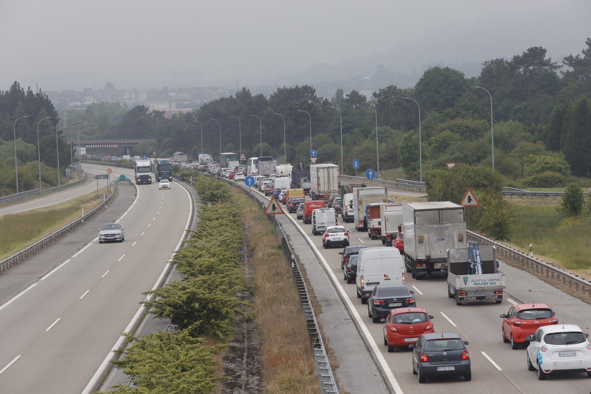 """Un accidente múltiple en la """"Y"""" genera retenciones kilométricas en sentido Oviedo"""