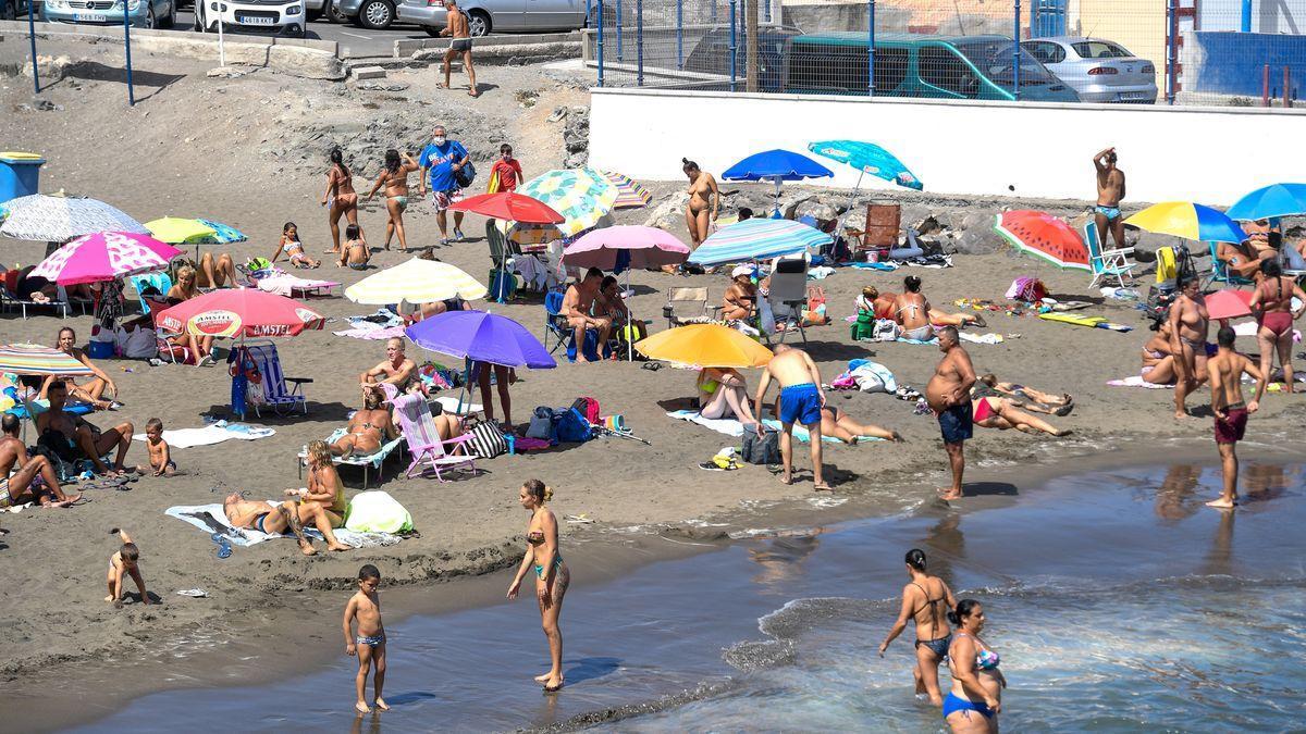 """Reabre al baño la playa de La Puntilla tras recuperar la """"calidad óptima"""" del agua."""