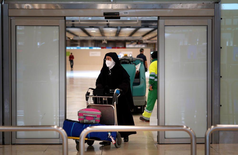 MADRID. 19.03.2020. CORONAVIRUS. Miembros de la UME limpian el aeropuerto de Barajas, terminal T4. En la imagen una monja  con mascarilla. FOTO: JOSE LUIS ROCA