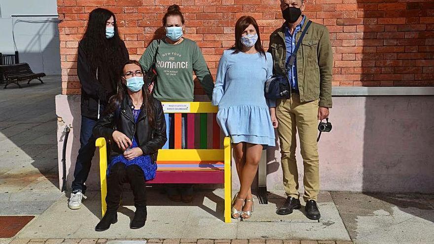 Un banco LGTBI y otro contra el acoso escolar