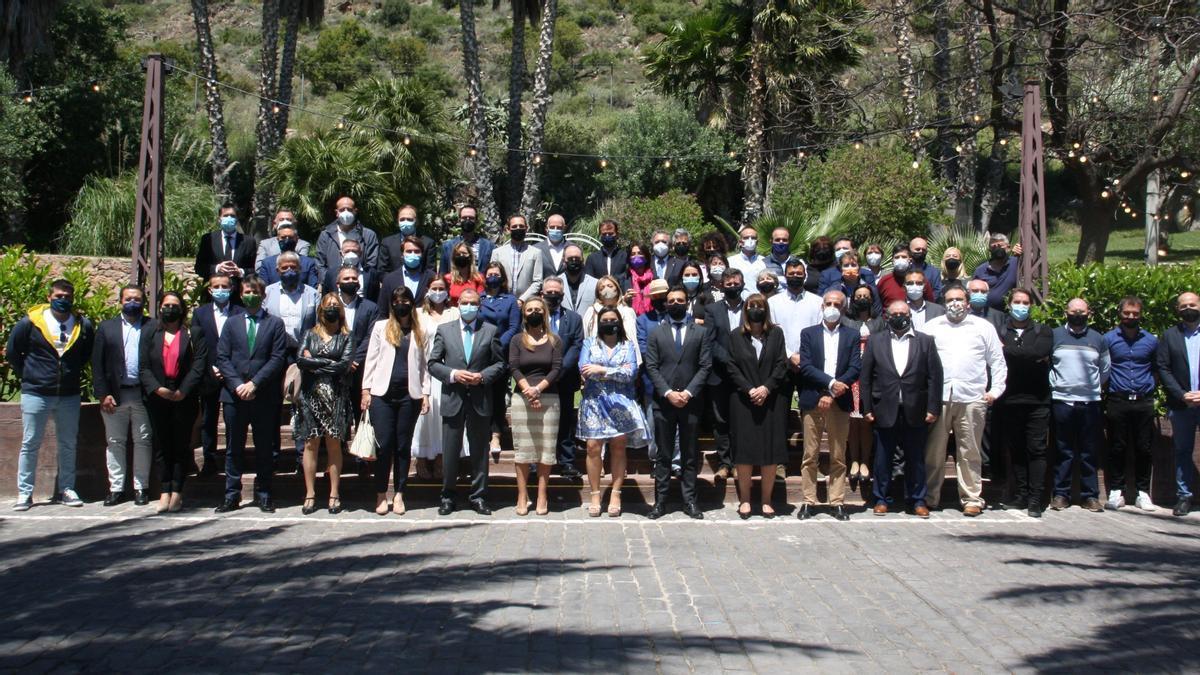 La presidenta de Asecam, con el alcalde, Navarro y asistentes a la asamblea de la entidad