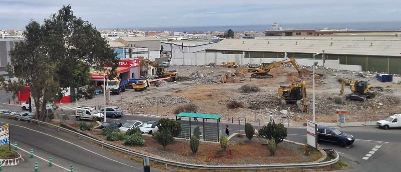 Las retroexcavadoras, camiones y operarios trabajan en culminar la demolición  del solar en que habrá una galería comercial en el Cruce de Melenara.  | | M. Á. M.