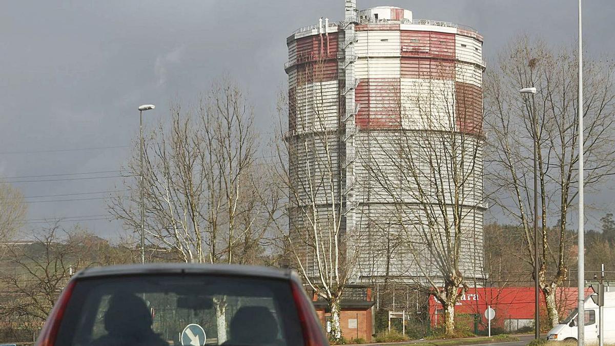 El gasómetro, en una imagen tomada desde Llaranes.   Mara Villamuza