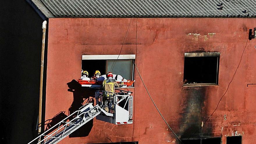Tres muertos y 23 heridos al arder dos naves en Badalona